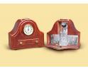 Zegar gabinetowy z karafką i kryształowymi szklankami